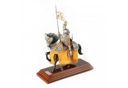 Cavaler medieval imbracat in catifea bej brodata cu fir auriu