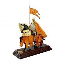 Cavaler medieval imbracat in catifea crem brodata cu fir auriu